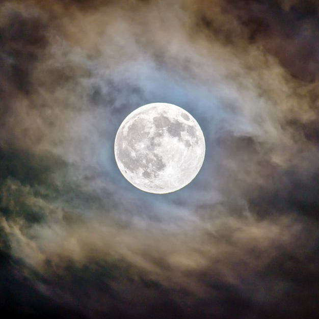Psychism and Subversion of Knowledge: the Moon